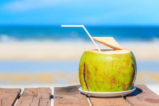 agua-coco-bebidas-hidratam-verão